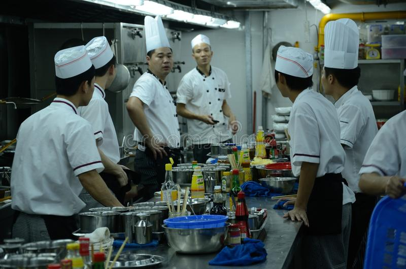 Restaurante chinês - cozinheiros chefe na cozinha foto de stock royalty free