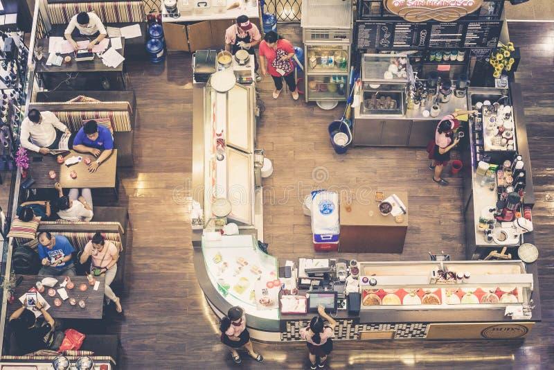 Restaurante com cozinha e povos que sentam-se nas tabelas vistas de cima de fotografia de stock
