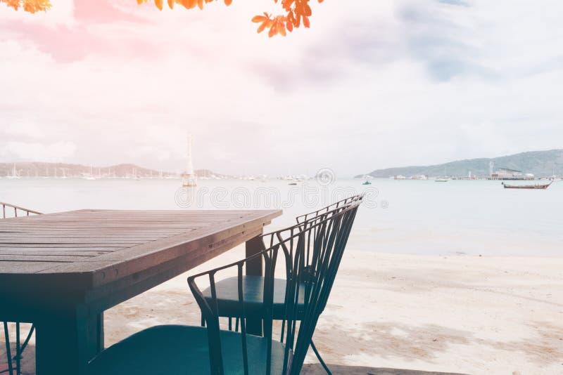 Restaurante com tabela e cadeira perto da praia imagem de stock royalty free