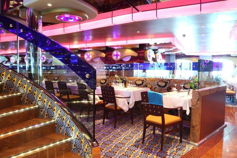 Restaurante con el interior y las escaleras brillantes fotografía de archivo