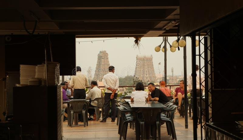 Restaurante con el templo de Meenakshi Amman en Madurai, la India foto de archivo