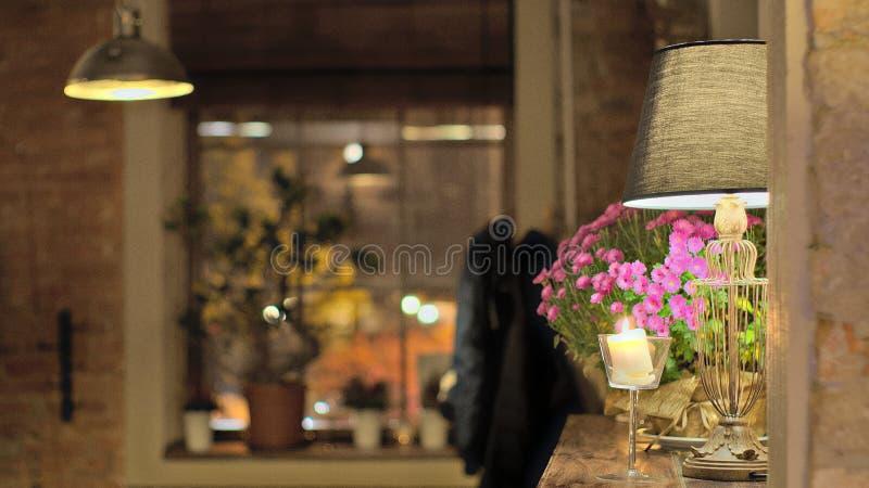 Restaurante con la luz y la atmósfera calientes imagenes de archivo