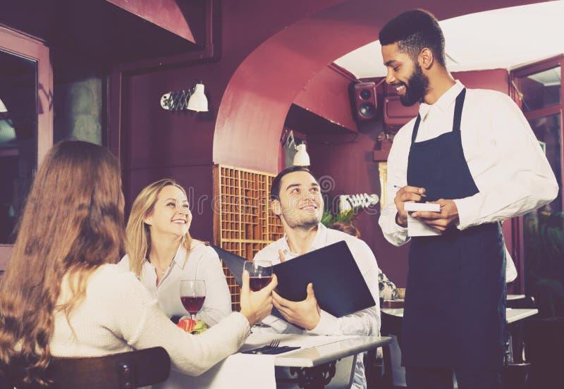 Restaurante da classe média e garçom alegre fotografia de stock