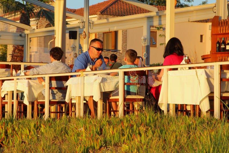 Restaurante da praia do jantar da família, Chalkidiki, Grécia fotos de stock