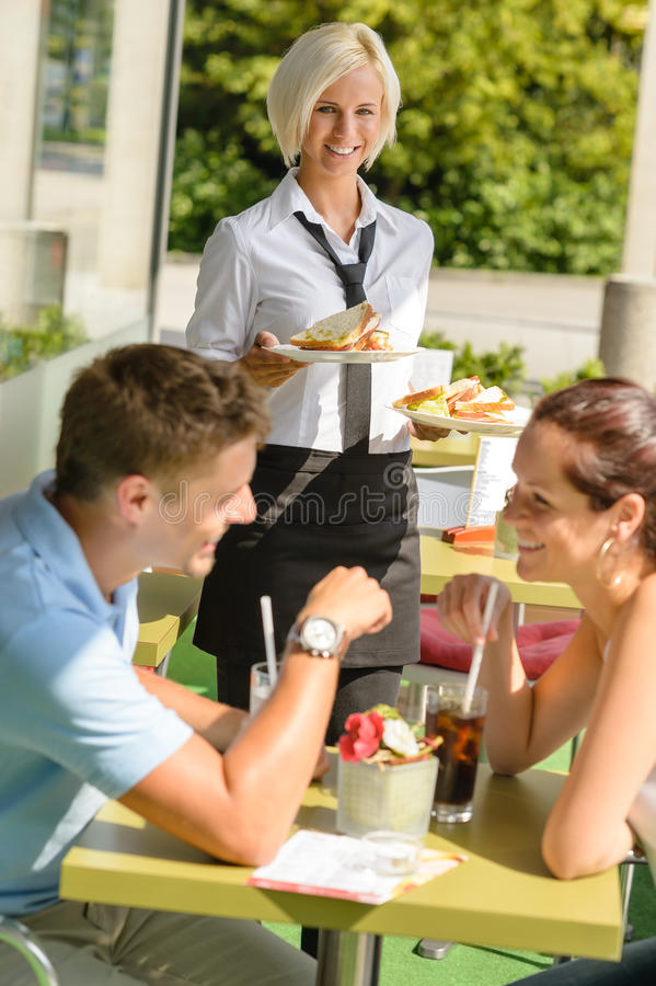 Restaurante de espera do almoço do sanduíche da empregada de mesa dos pares imagens de stock
