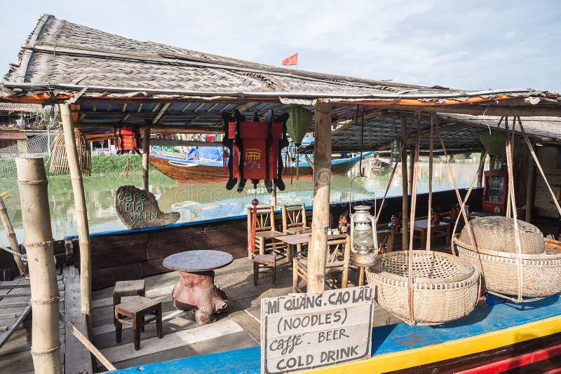 Restaurante de flutuação em Thu Bon River em Hoi An, Vietname fotografia de stock royalty free