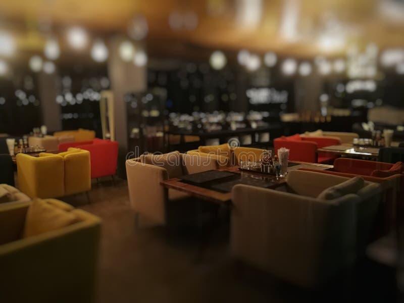 Restaurante de la falta de definición en la noche en hotel imagenes de archivo