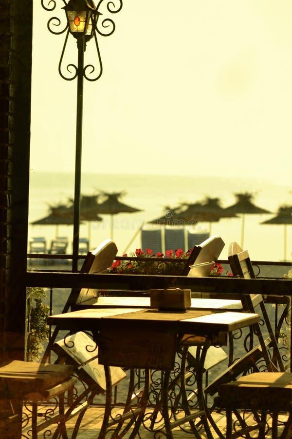Restaurante de la playa de la mañana fotografía de archivo