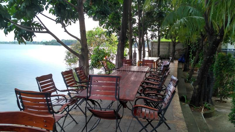 Restaurante de la vista lateral del lago imágenes de archivo libres de regalías
