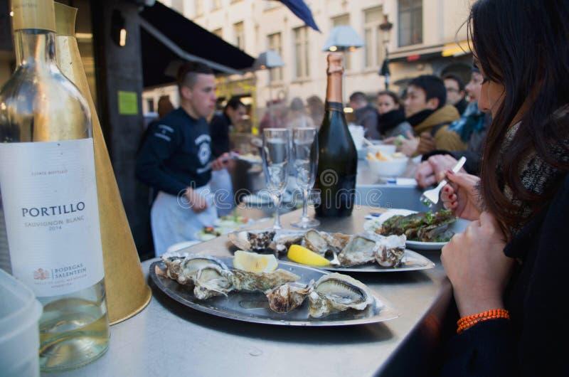 Restaurante de los mariscos en calle del St Catherine en Bruselas fotos de archivo libres de regalías