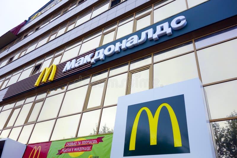 Restaurante de McDonalds em Syktyvkar, Rússia imagem de stock royalty free