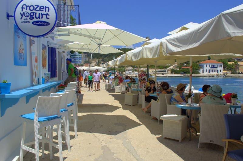 Restaurante del puerto de Fiskardo, isla Grecia de Kefalonia imagen de archivo libre de regalías