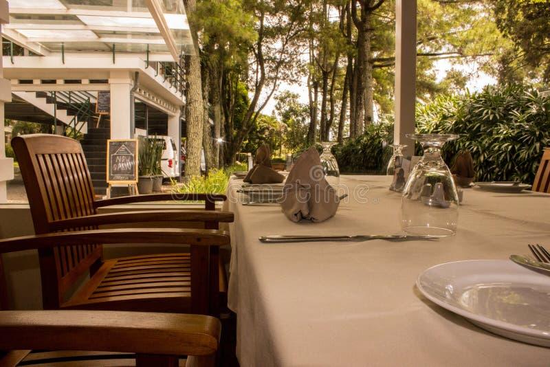 Restaurante determinado de la tabla imagenes de archivo