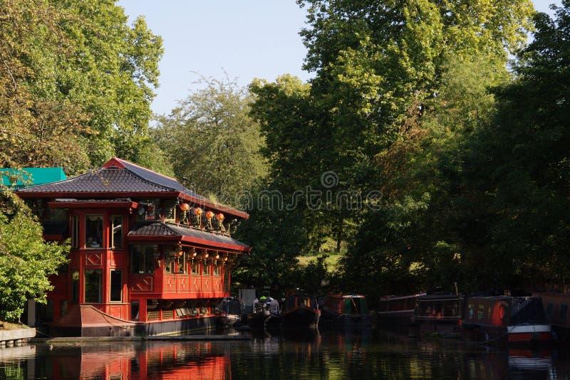 Restaurante do chinês da beira do lago imagens de stock royalty free