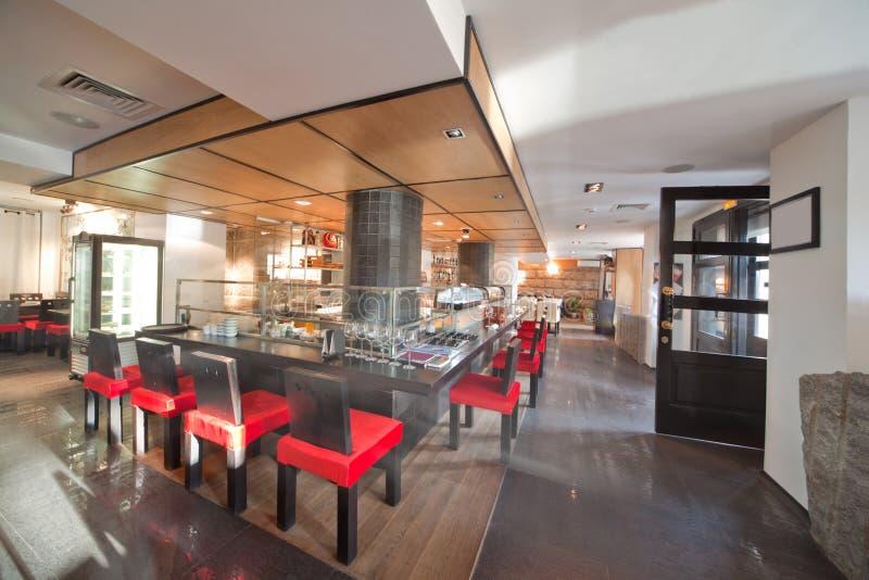 Restaurante do sushi com cadeiras vermelhas imagem de stock royalty free
