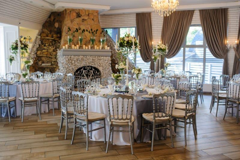 Restaurante do vintage do casamento com cadeiras do metal fotografia de stock