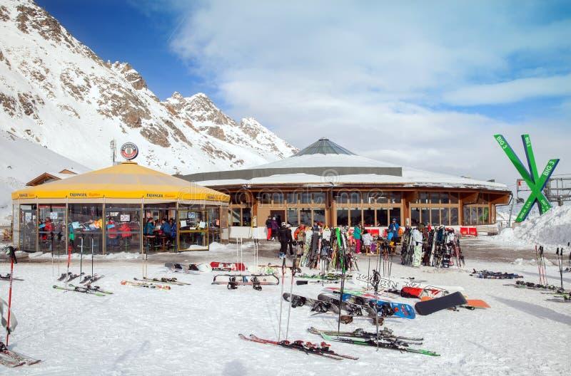 Restaurante e barra exterior na estação do teleférico na área do esqui de Soelden fotos de stock royalty free