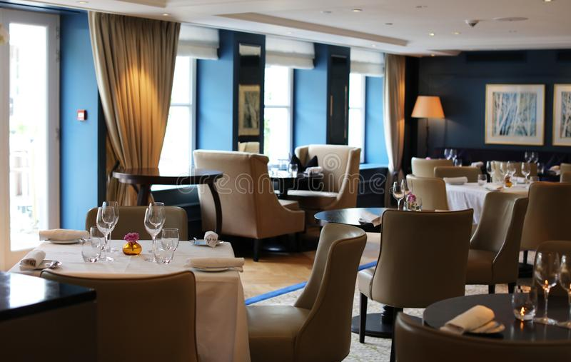 Restaurante elegante e moderno elegante em Amsterdão, os Países Baixos em Europa Assentos, tabelas e lâmpadas no hotel superior l fotos de stock
