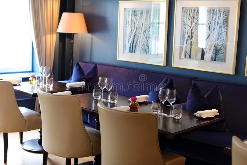 Restaurante elegante y moderno con clase en Amsterdam, los Países Bajos en Europa Asientos, tablas y lámparas en el hotel superio foto de archivo