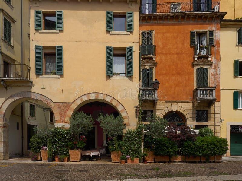 Restaurante em uma arcada arqueada sob apartamentos, Verona, Itália foto de stock royalty free