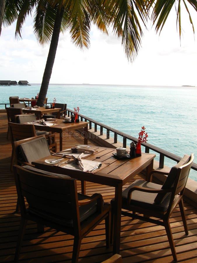Restaurante en centro turístico maldivo fotografía de archivo libre de regalías