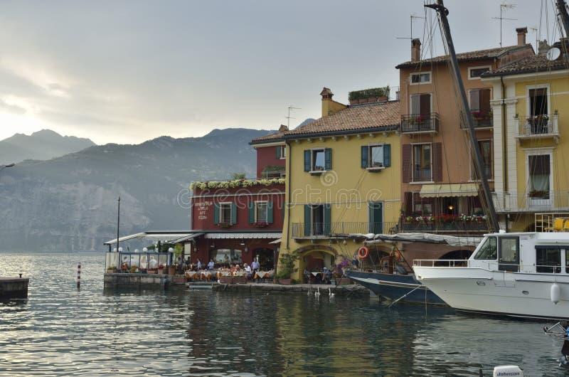 Restaurante en el lago en Malcesine fotos de archivo
