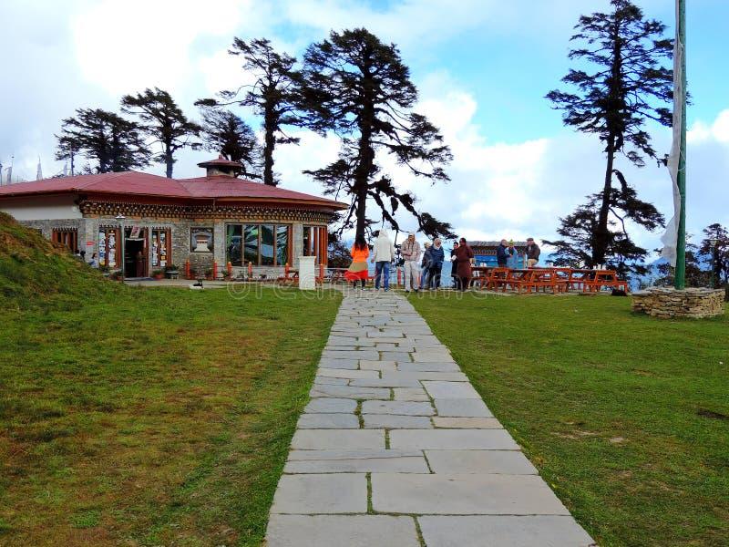 Restaurante en el paso de Dochula, Bhután imagen de archivo libre de regalías