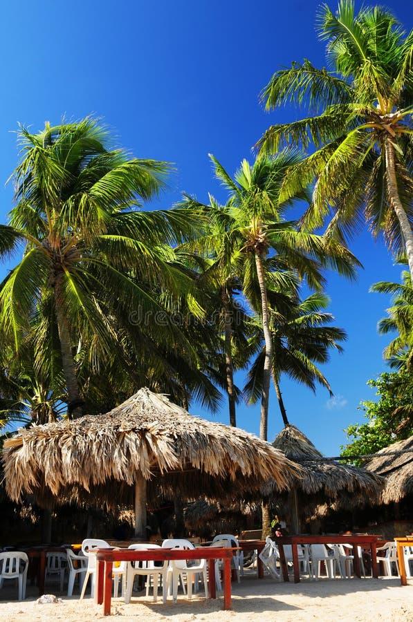 Restaurante en la playa tropical foto de archivo libre de regalías