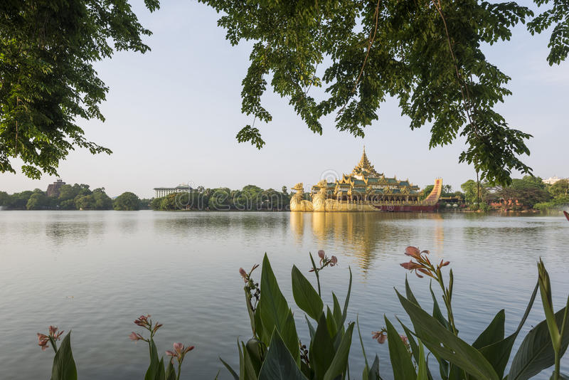 Restaurante en la puesta del sol, Rangún, Myanmar del palacio de Karaweik imagen de archivo