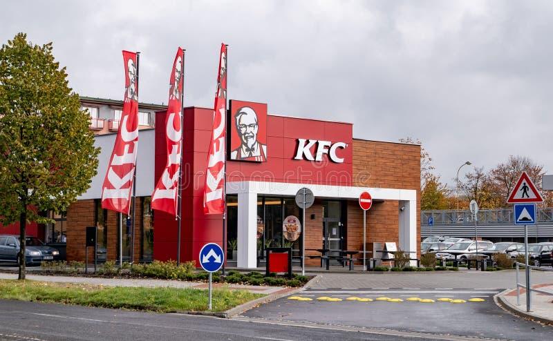 Restaurante a estrenar de los alimentos de preparación rápida de KFC con a impulsión-por ventana en Havirov foto de archivo