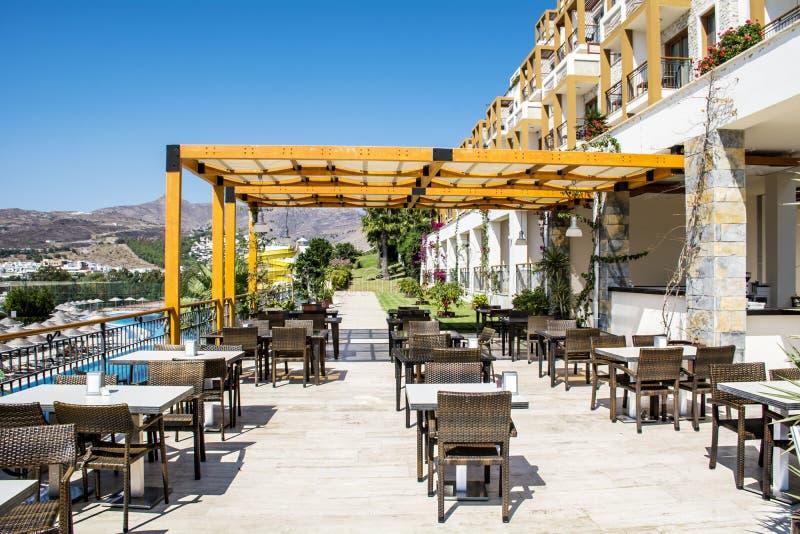 Restaurante exterior com tabelas e cadeiras fotografia de stock