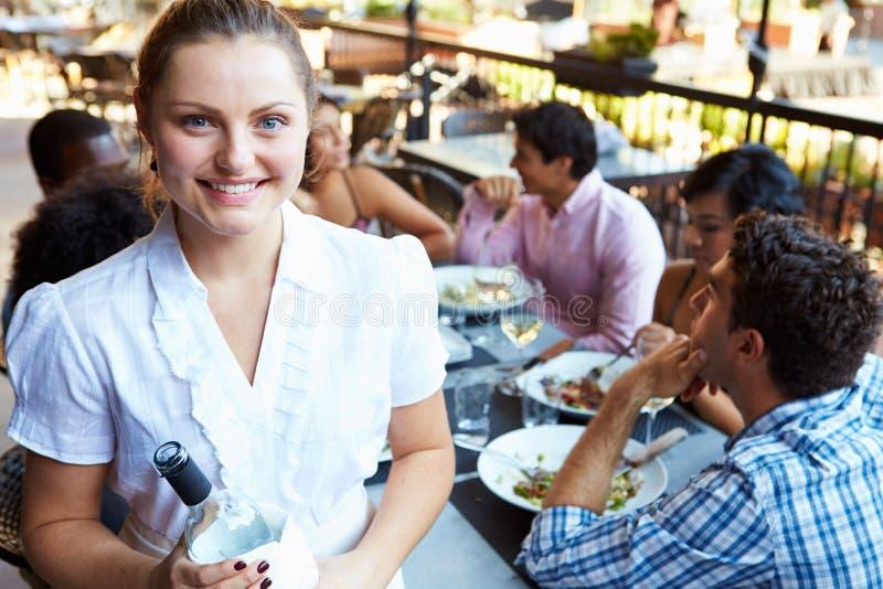 Restaurante exterior de Serving Tables At da empregada de mesa fotografia de stock