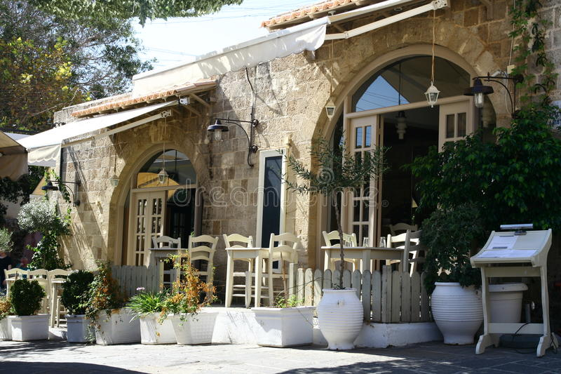 Restaurante grego na rua velha da cidade no Rodes imagem de stock