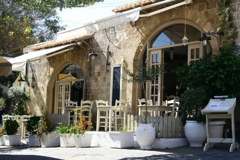 Restaurante griego en calle vieja de la ciudad en Rodas imagen de archivo