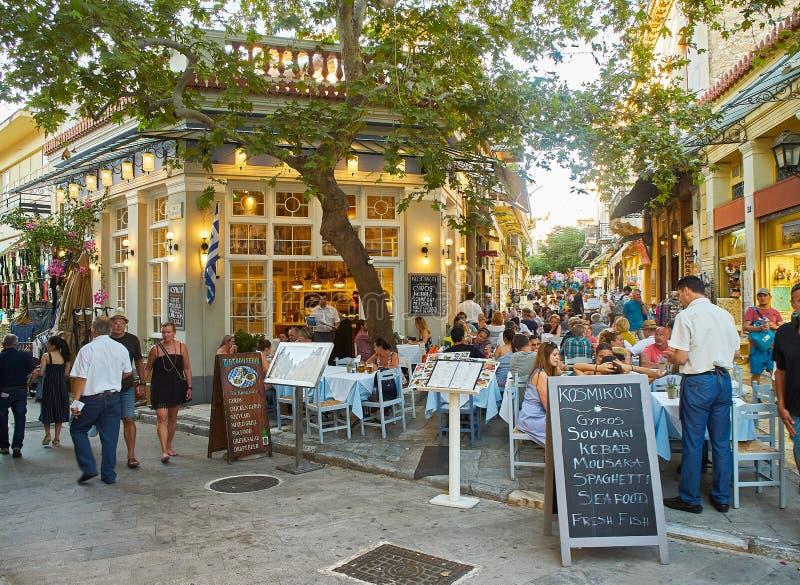 Restaurante griego en la vecindad de Plaka de la ciudad de Atenas Atica, Grecia imágenes de archivo libres de regalías