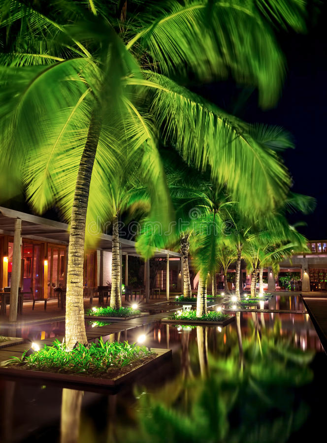Restaurante hermoso en la noche foto de archivo libre de regalías