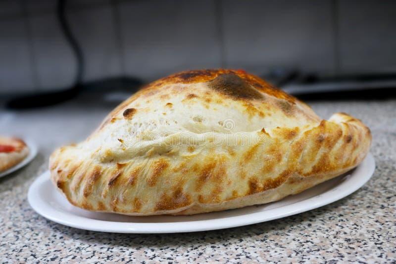 Tu PIZZA preferida - Página 2 Restaurante-impregnado-calzone-napoli-de-italia-de-la-comida-de-la-pizza-91827826