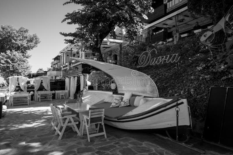 Restaurante incomum na frente marítima da cidade antiga do beira-mar na costa do Mar Negro do búlgaro do Mar Negro fotografia de stock