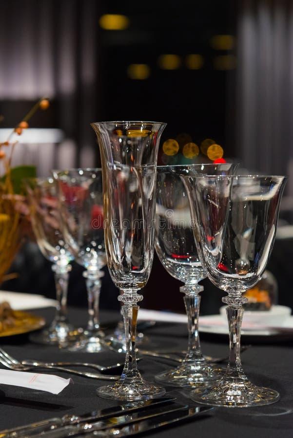 Restaurante interior, cena de los vidrios del ajuste, del vino y del champán de la tabla del partido de la Navidad fotografía de archivo libre de regalías