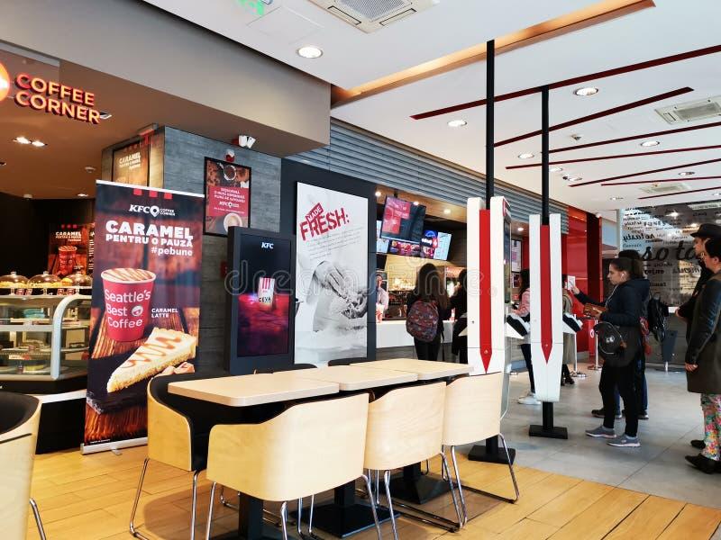 Restaurante interno, Romênia de KFC - pessoa que faz escolhas em quadros de avisos imagens de stock royalty free
