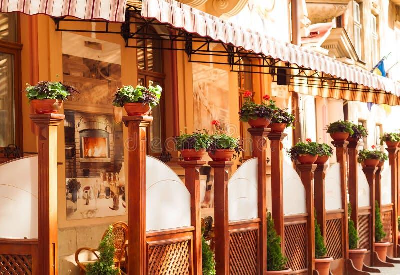 Restaurante italiano del verano en el fondo de la ciudad, concepto de la terraza del verano al aire libre, espacio de la copia fotos de archivo libres de regalías