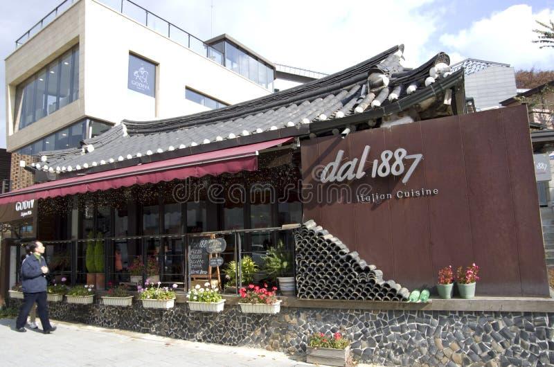 Restaurante italiano en arquitectura coreana tradicional fotos de archivo libres de regalías