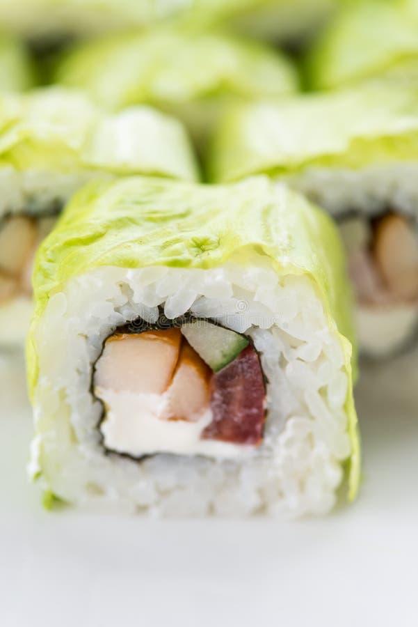 Restaurante japonés de la comida, placa del rollo del maki del sushi o sistema gunkan del disco Sistema y composición del sushi fotos de archivo libres de regalías