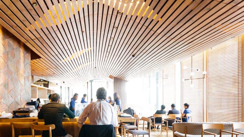 Restaurante japonés moderno adornado con los elementos de madera Barra contraria acogedora con los clientes foto de archivo libre de regalías