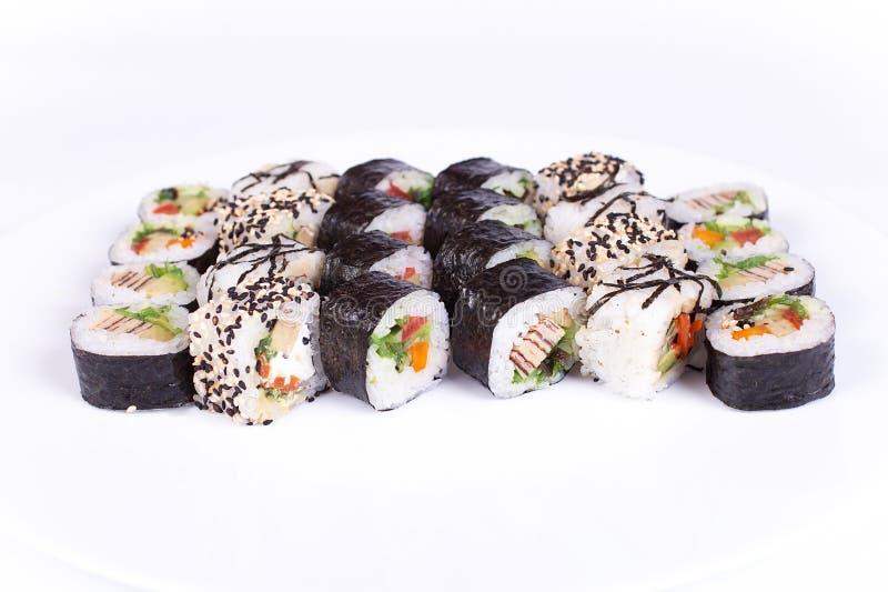 Restaurante japonês do alimento, placa do rolo do maki do sushi ou grupo gunkan da bandeja Califórnia rola com salmões Isolated n imagens de stock royalty free