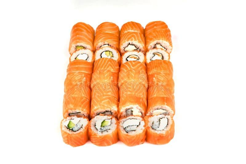 Restaurante japonês do alimento, placa do rolo do maki do sushi ou grupo gunkan da bandeja Rolos de sushi de Califórnia com salmõ fotografia de stock