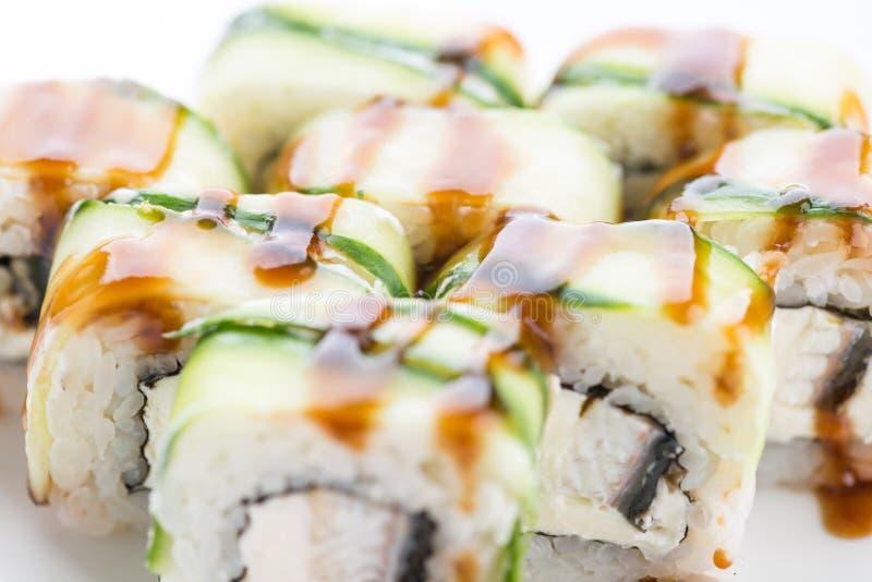 Restaurante japon?s do alimento, placa do rolo do maki do sushi ou grupo gunkan da bandeja Grupo e composi??o do sushi imagem de stock
