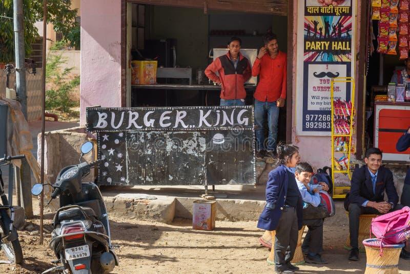 Restaurante local indio de los alimentos de preparación rápida del rey de Buger en Ajmer La India imagen de archivo