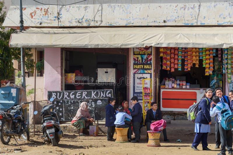 Restaurante local indio de los alimentos de preparación rápida del rey de Buger en Ajmer La India imagen de archivo libre de regalías