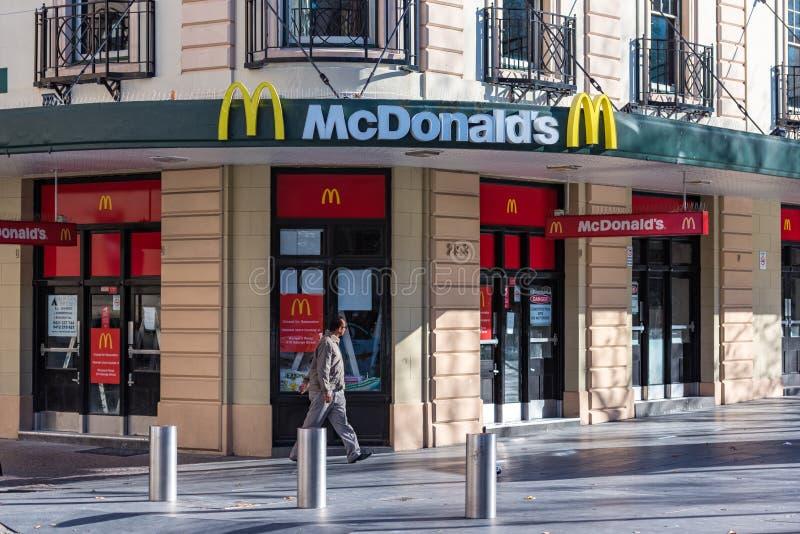 Restaurante McDonalds de los alimentos de preparación rápida en Sydney CBD fotos de archivo